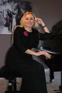 Violetta pianiste bij opus 5 foto