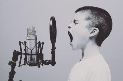 Microfoon-zingen-jongen